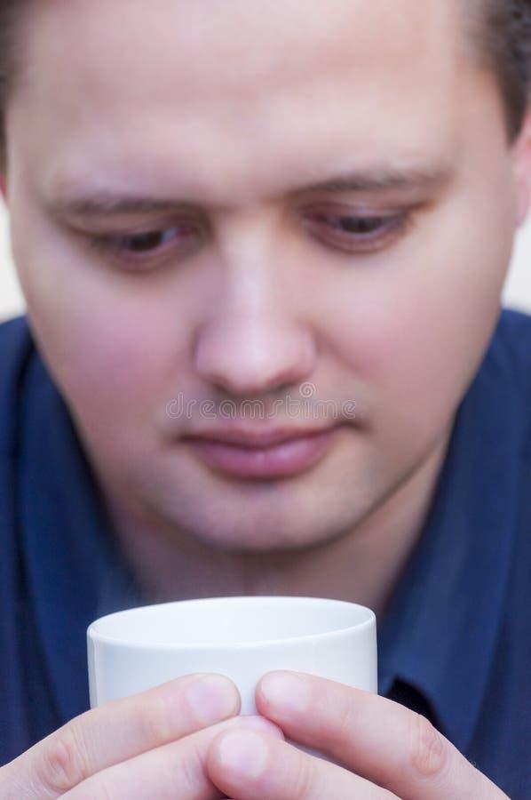 Укомплектуйте личным составом держать питье кофе чашки чаю горячее в белой чашке стоковая фотография rf