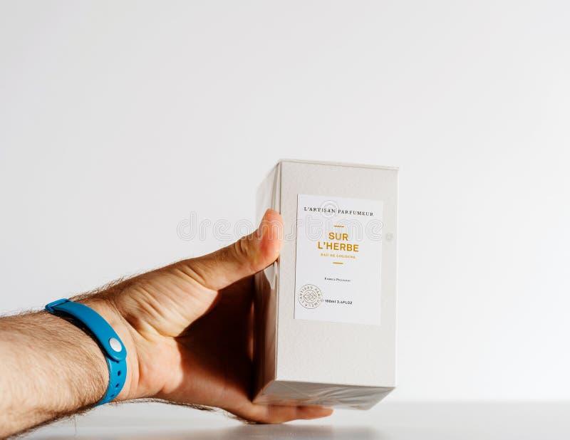 Укомплектуйте личным составом держать роскошную коробку дух сделанный l ремесленником Parfumeur ` стоковое изображение rf