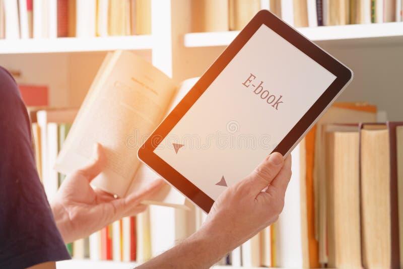 Укомплектуйте личным составом держать современных читателя и книги ebook стоковая фотография rf