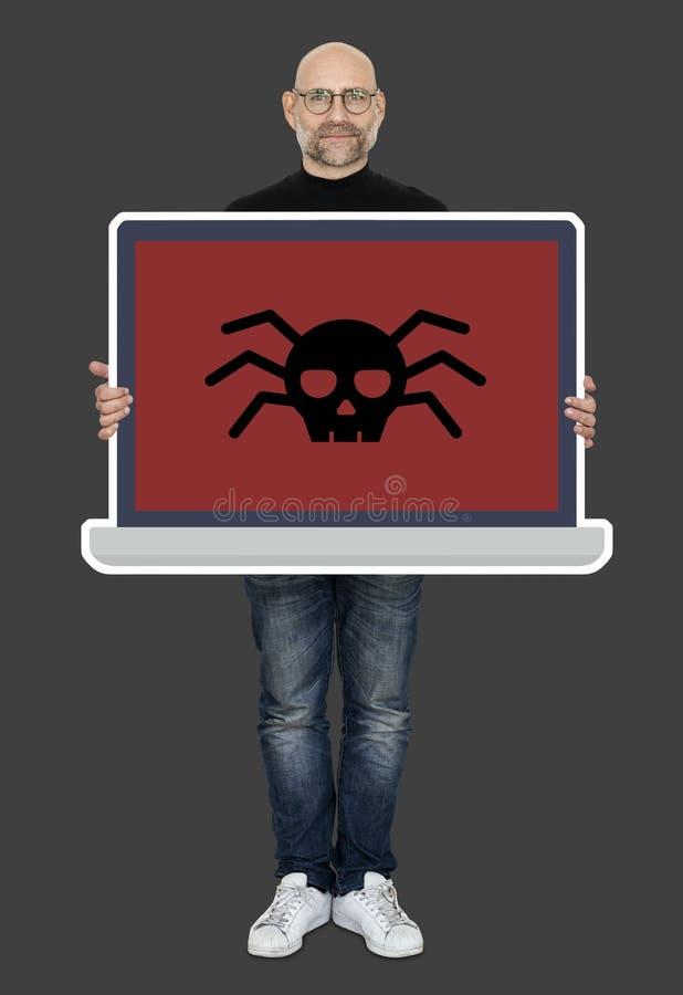 Укомплектуйте личным составом держать экран компьтер-книжки с компьютерным вирусом стоковые фотографии rf