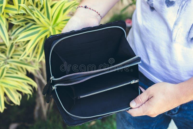 Укомплектуйте личным составом держать handmade портмоне сделанный от экзотического кожаного питона snakeskin, outdoors, предпосыл стоковые изображения