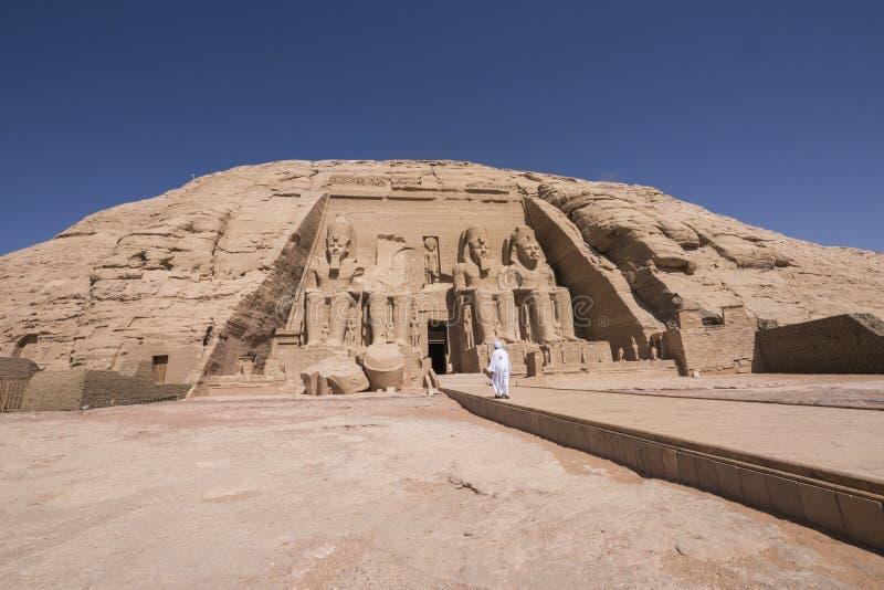 Укомплектуйте личным составом идти к входу большого виска Ramses II в Abu Simbel, Египте стоковые фотографии rf