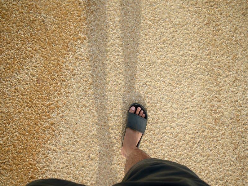 Укомплектуйте личным составом идти на пляж в солнечном дне Счастливый, ослабьте, отдохните Co стоковое изображение rf
