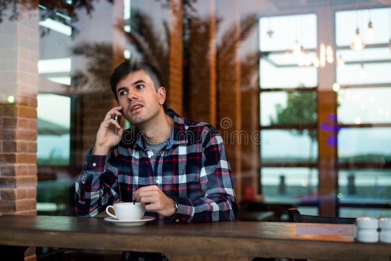 Укомплектуйте личным составом иметь кофе в баре стоковое изображение