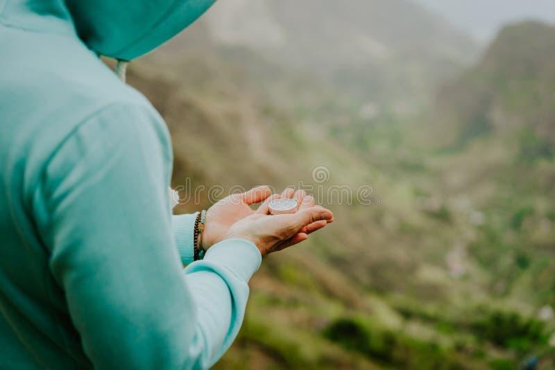 Укомплектуйте личным составом исследователь с компасом в гористом ландшафте на острове Santo Antao Кабо-Верде Kapverden стоковое фото rf