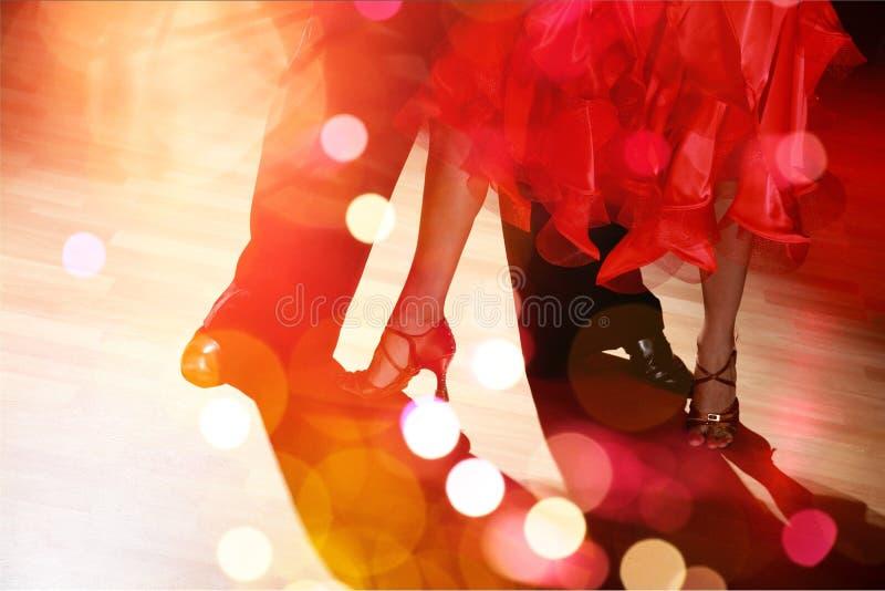 Укомплектуйте личным составом и сальса танцев женщины на предпосылке стоковые изображения