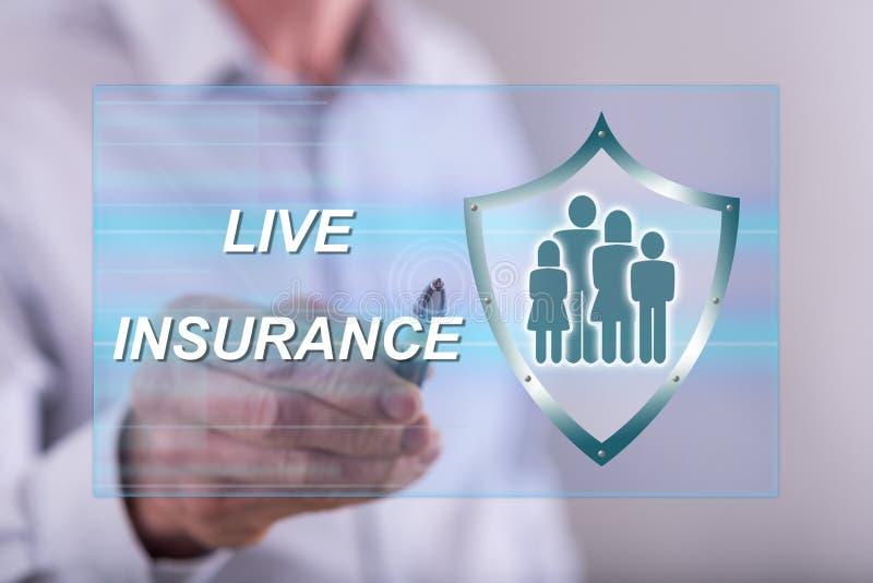Укомплектуйте личным составом касаться концепции страхования жизни на экране касания стоковая фотография rf