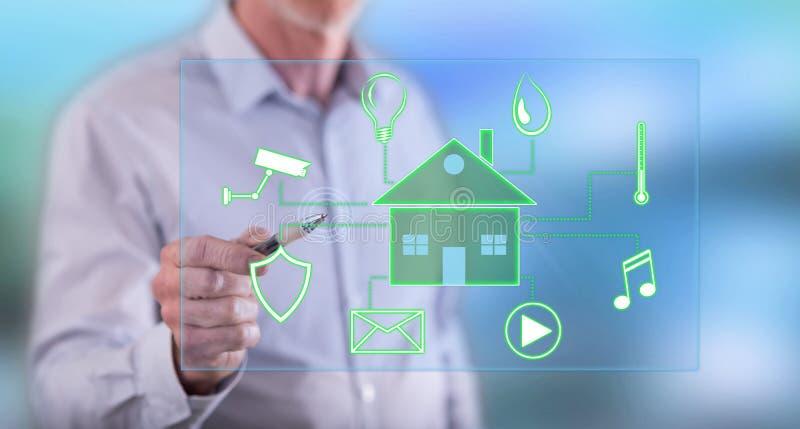 Укомплектуйте личным составом касаться цифровой умной концепции домашней автоматизации стоковое фото rf