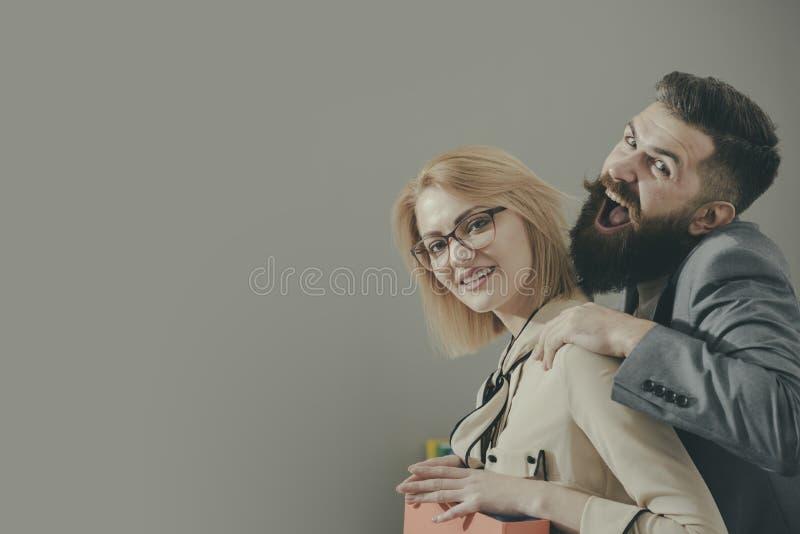 Укомплектуйте личным составом касающего женского сотрудника на плече в неуместном пути в офисе, скопируйте космос стоковое изображение rf