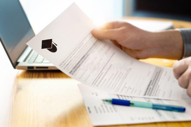Укомплектуйте личным составом коллеж чтения или применение или документ университета стоковое изображение rf