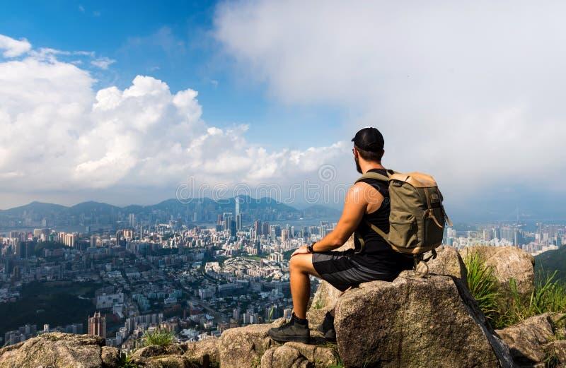 Укомплектуйте личным составом наслаждаться взглядом Гонконга от утеса льва стоковая фотография rf
