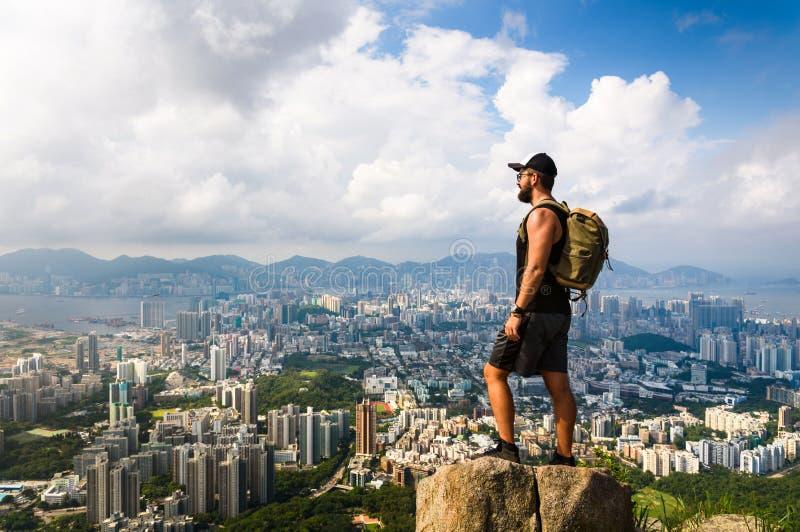 Укомплектуйте личным составом наслаждаться взглядом Гонконга от утеса льва стоковые фото