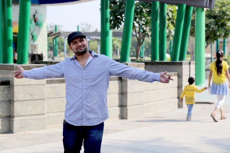 Укомплектуйте личным составом наслаждаться отключением парка атракционов Дели в Индии стоковые изображения