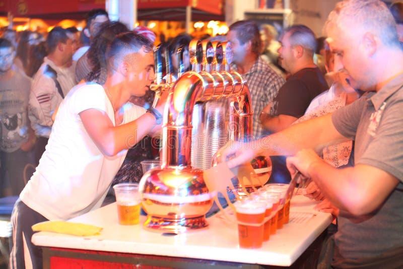 Укомплектуйте личным составом пиво сервировки на CibinFest, празднестве пива стоковое фото