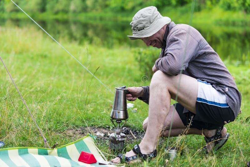 Укомплектуйте личным составом подготавливать кофе на пикнике, Украину, город Чернигова, июня 2017 стоковая фотография rf