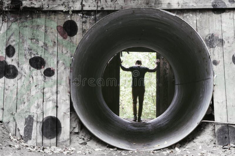 Укомплектуйте личным составом положение в остатках бункеров ` s Nobel взрывая стоковое фото
