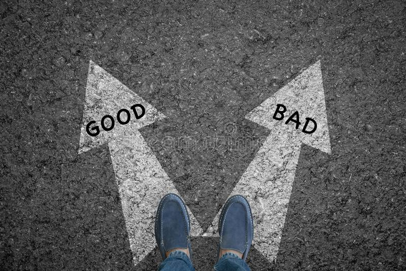 Укомплектуйте личным составом положение на дороге с выборами стрелки направления хорошими и плохими стоковое изображение rf