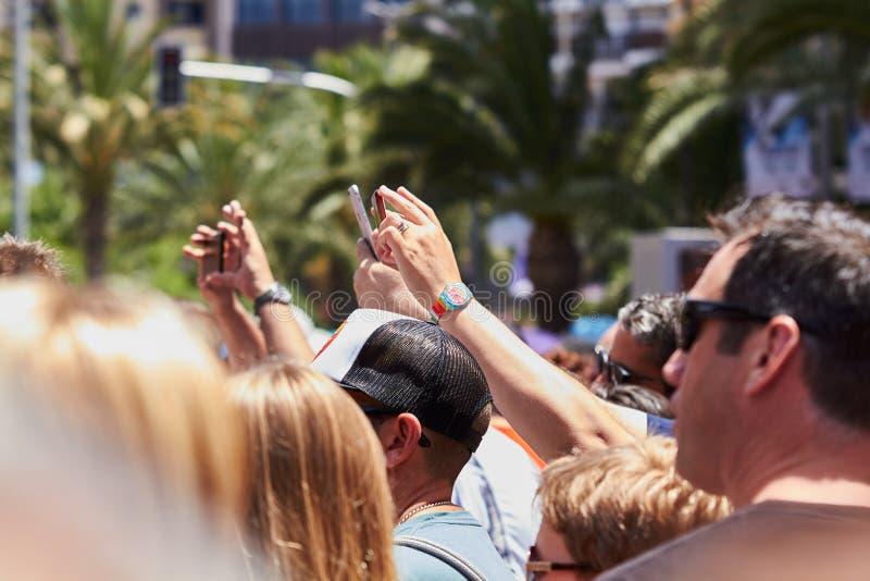 Укомплектуйте личным составом принимать фото шествия используя мобильный телефон стоковые изображения