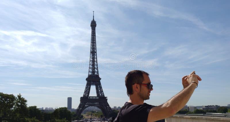 Укомплектуйте личным составом принимать selfie перед Эйфелевой башней в Париже стоковое изображение rf