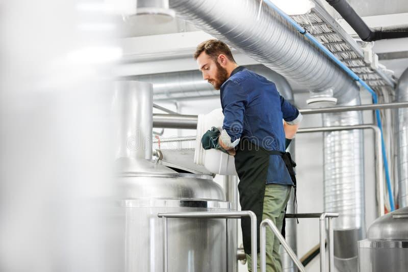 Укомплектуйте личным составом работу на винзаводе ремесла или заводе пива стоковое фото