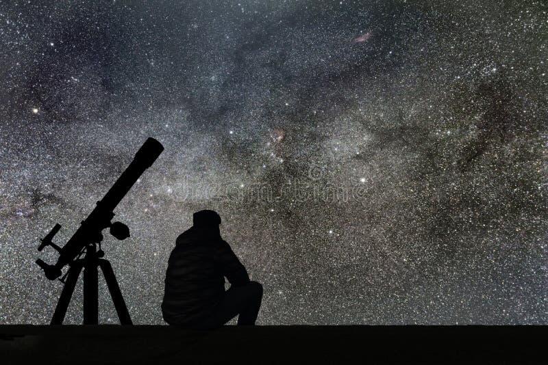 Укомплектуйте личным составом смотреть звезды, телескоп астрономии Млечный путь звёздный стоковые изображения