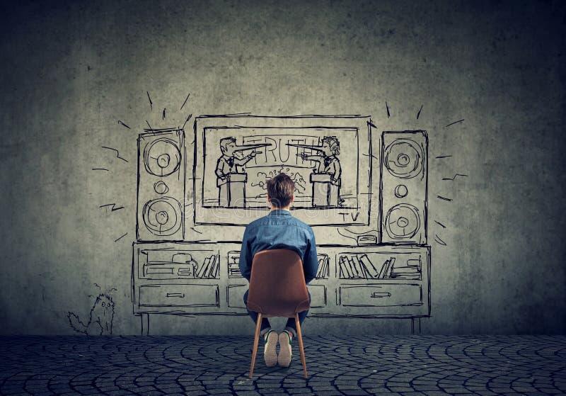 Укомплектуйте личным составом смотреть телевидение с 2 политиками, бизнесменами при длинный нос лжеца имея дискуссию стоковое фото
