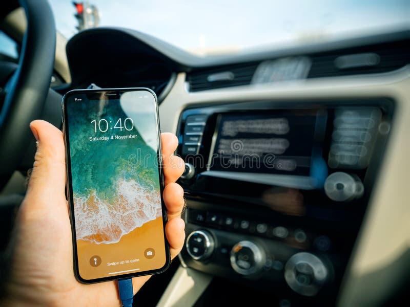 Укомплектуйте личным составом соединять к Яблоку cArPlay новое iphone x 10 Яблоком стоковые фото