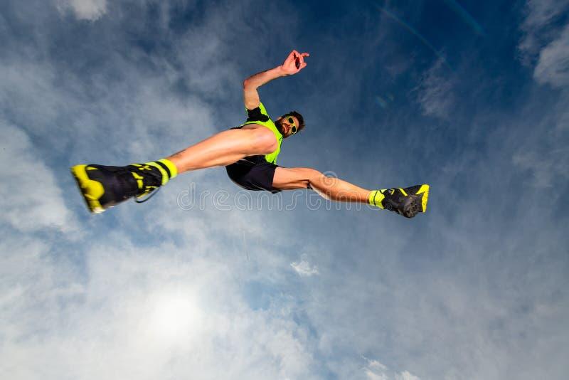 Укомплектуйте личным составом спортсмена пока скачущ во время следа бежать в горе стоковая фотография rf