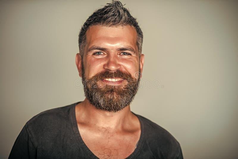 Укомплектуйте личным составом счастливую улыбку на бородатой стороне с стильной стрижкой стоковое изображение rf