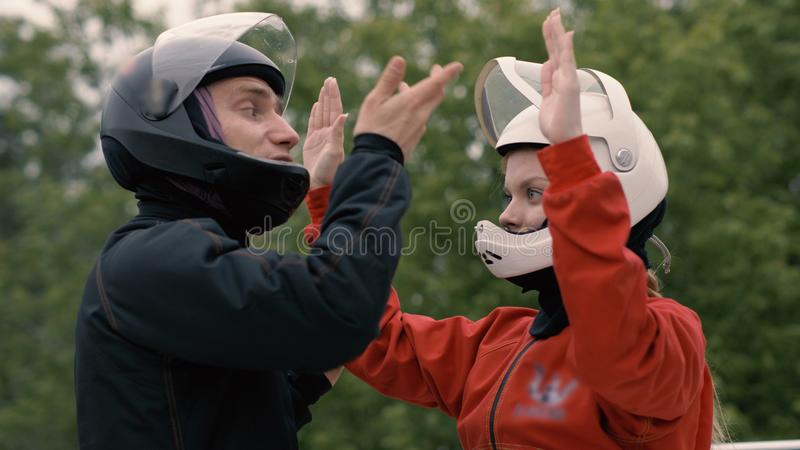 Укомплектуйте личным составом тренера инструктируя skydiver женщины перед полетом в аэродинамическую трубу стоковые изображения rf