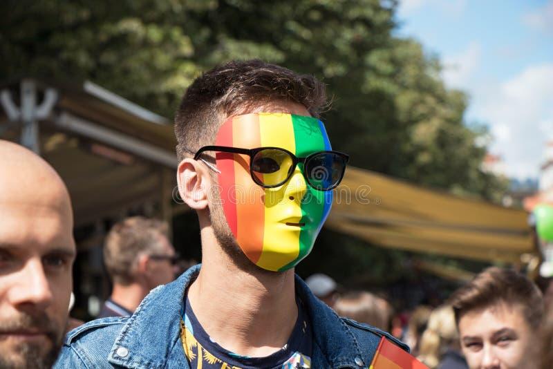 Укомплектуйте личным составом участвовать в гордости Праги - большая гордость гомосексуалиста & лесбиянки стоковые фотографии rf