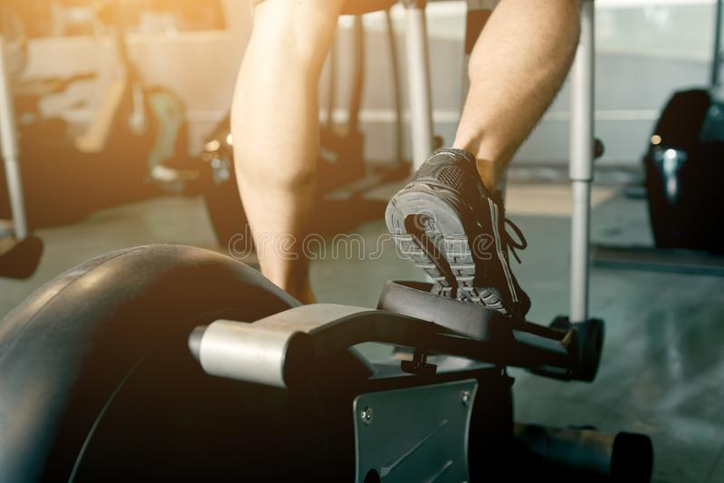 Укомплектуйте личным составом ход в спортзале на третбане для работать стоковые фотографии rf