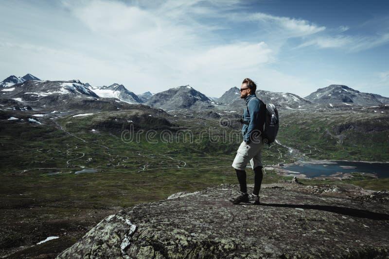 Укомплектуйте личным составом hiker с рюкзаком на пиковой верхней части стоковые изображения rf
