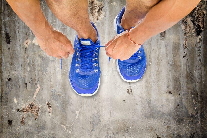 Укомплектуйте личным составом ботинки спорта шнуровки на старом винтажном конкретном поле, тренировке спорта стоковое изображение rf