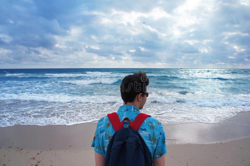 Укомплектуйте личным составом взгляд на Атлантическом океане в южном пляже Майами стоковая фотография rf