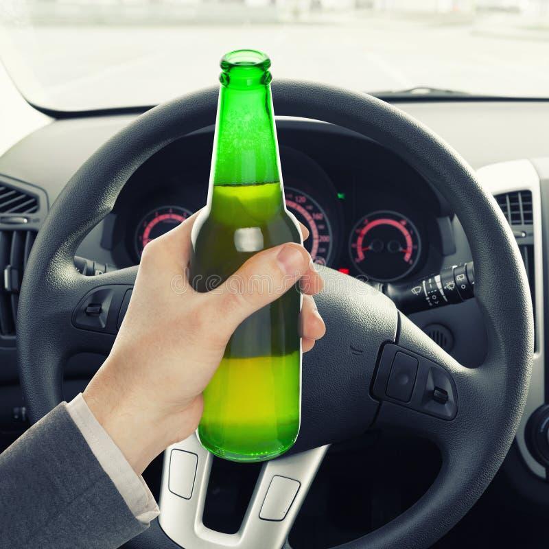 Укомплектуйте личным составом держать бутылку пива пока управляющ - один против одного коэффициент стоковые фотографии rf