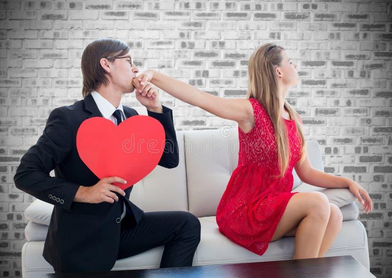 Укомплектуйте личным составом держать форму сердца целуя на руке женщины стоковое фото