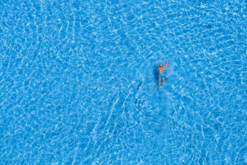 Укомплектуйте личным составом заплыв в бассейне на гостинице Стамбул, Турция стоковые изображения