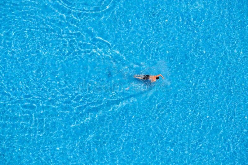 Укомплектуйте личным составом заплыв в бассейне на гостинице стоковые фотографии rf