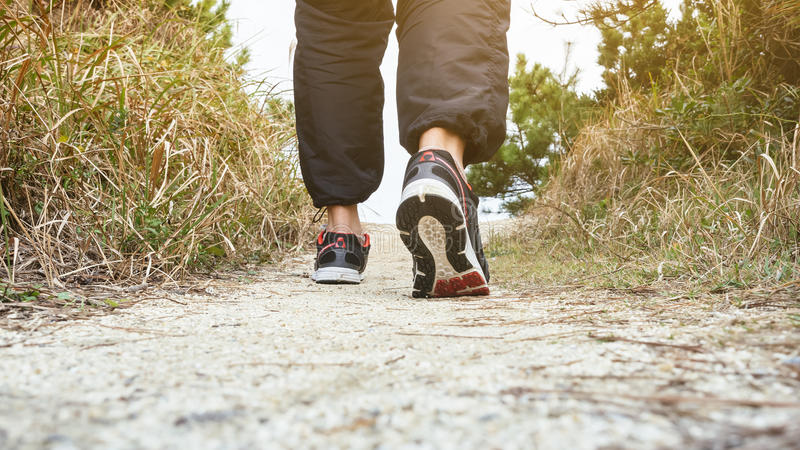 Укомплектуйте личным составом идти на тренировку следа следа внешнюю Jogging стоковое изображение