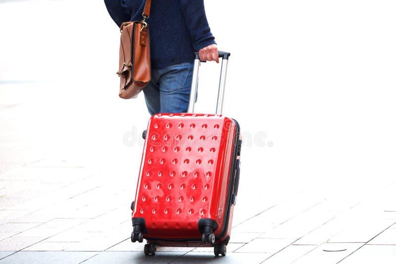 Укомплектуйте личным составом идти с сумкой перемещения на улице стоковое изображение