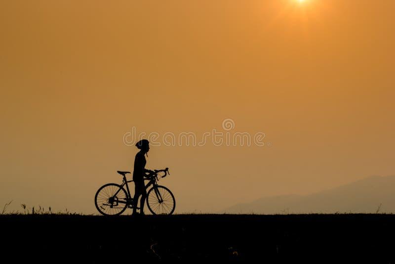 Укомплектуйте личным составом катание на следе с его велосипедом стоковое изображение rf