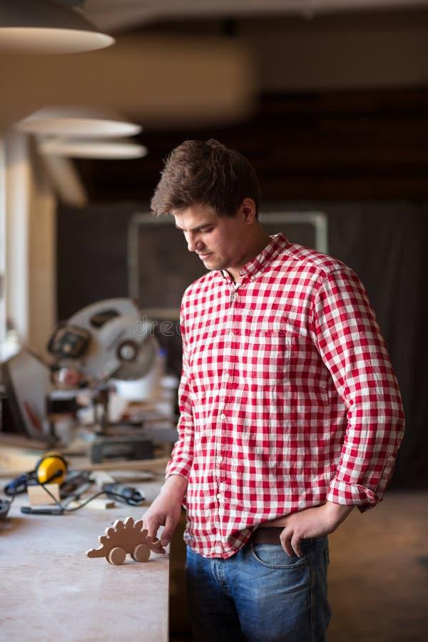 Укомплектуйте личным составом мастерский плотник при деревянная игрушка сделанная с вашими руками, woodw стоковые фото