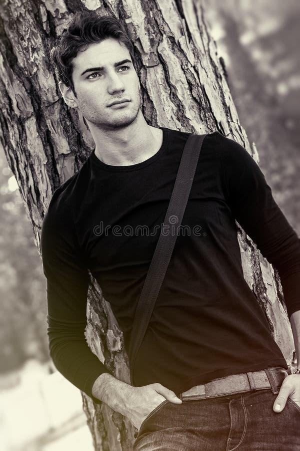 Укомплектуйте личным составом модельного естественного и красивого/сладостного мальчика любовника черная белизна стоковое изображение