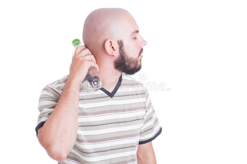 Укомплектуйте личным составом охлаждать его заднюю шею изолированную на белизне стоковая фотография