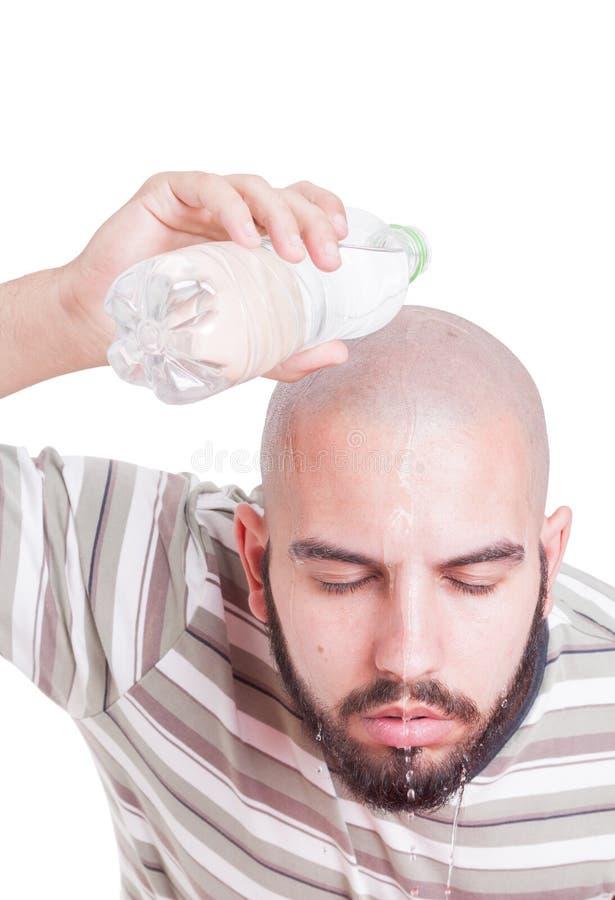 Укомплектуйте личным составом охлаждать путем лить накладные расходы воды в жаре лета стоковое изображение