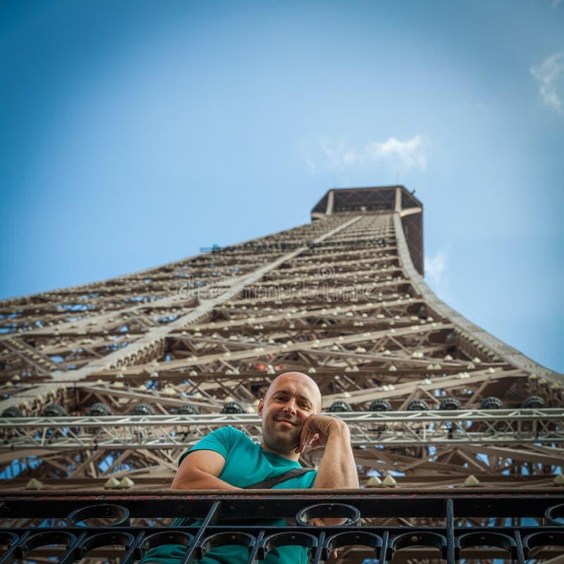 Укомплектуйте личным составом доли восторг Эйфелевой башни посещений в PA стоковая фотография rf