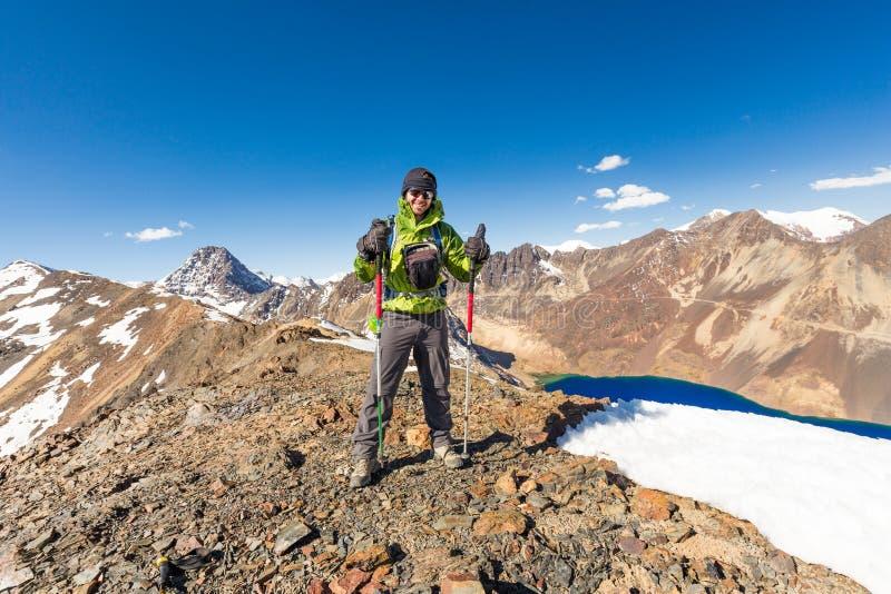 Укомплектуйте личным составом пик гребня снега горы альпиниста backpacker стоящий, Боливию стоковая фотография rf