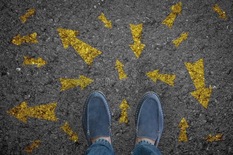 Укомплектуйте личным составом положение на дороге с много выборов стрелки направления или двиньте стоковое фото rf