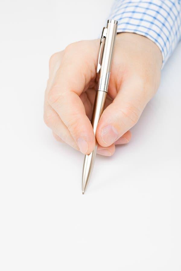 Укомплектуйте личным составом подписание или сочинительство что-то - близкая поднимающая вверх съемка над белизной стоковое фото rf